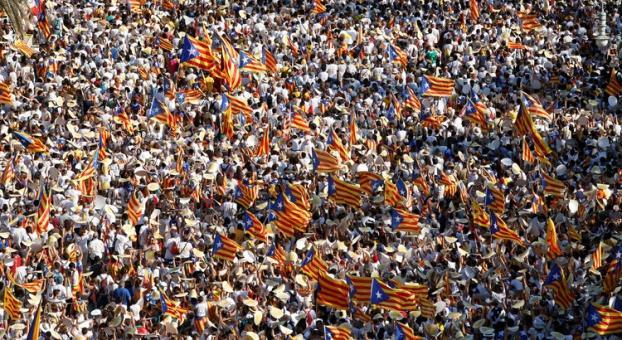 مئات آلاف الكتالونيين يطالبون بانفصال إقليمهم عن إسبانيا