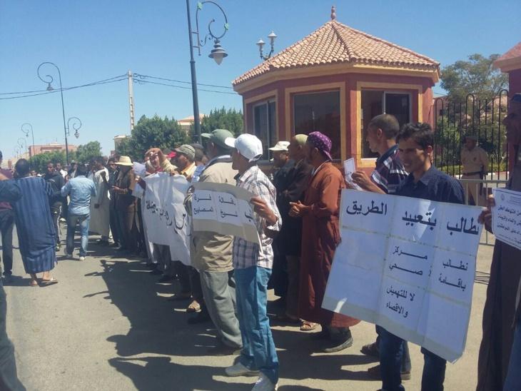 مواطنون بجماعة لمزوضية يتظاهرون أمام عمالة شيشاوة ضد الإقصاء والتهميش + صور