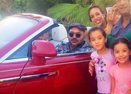 صور الملك مع المواطنين بمراكش تلهب مواقع التواصل الاجتماعي