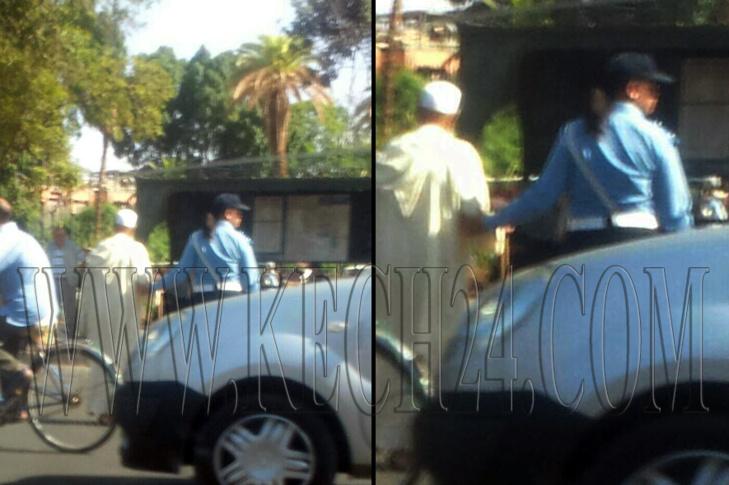 شرطية مرور تساعد رجل مسن على اجتياز الشارع بمراكش + صورة