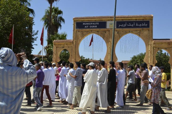 مواطنون يحتجون أمام بلدية أيت أورير بإقليم الحوز في أول أيام الحملة الإنتخابية