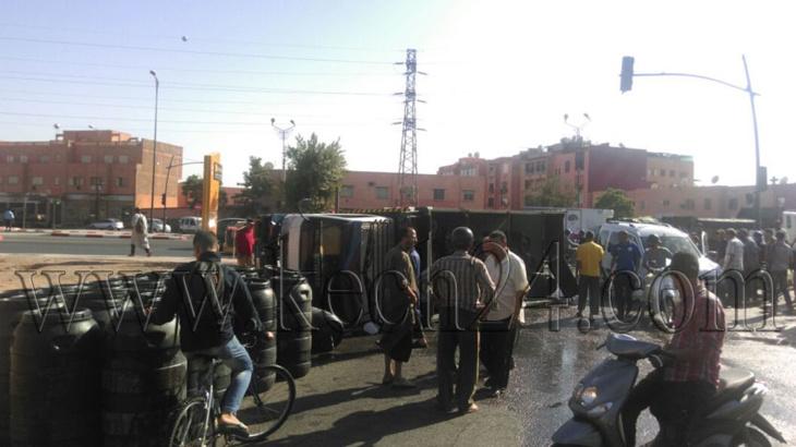 انقلاب شاحنة محملة ببراميل من الزيت بدوار العسكر بمراكش + صور