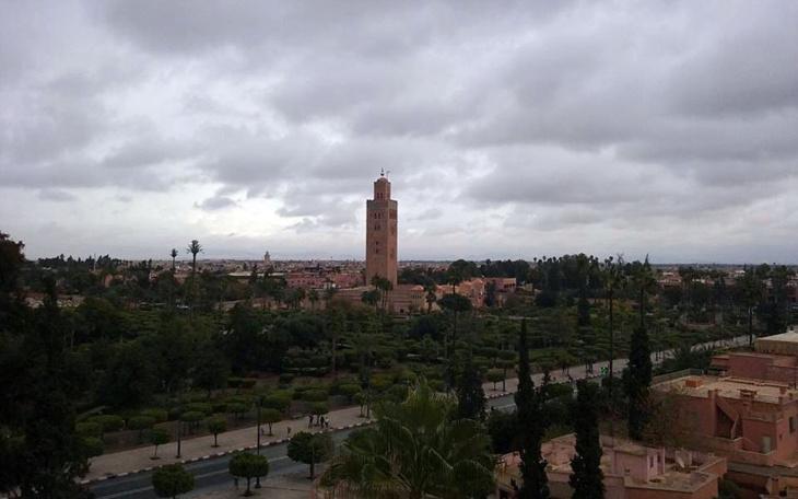سماء غائمة مع احتمال زخات متفرقة في توقعات طقس غد الجمعة