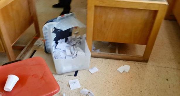شخص يقدم على تكسير صندوق الاقتراع بأحد مكاتب التصويت في إقليم خنيفرة