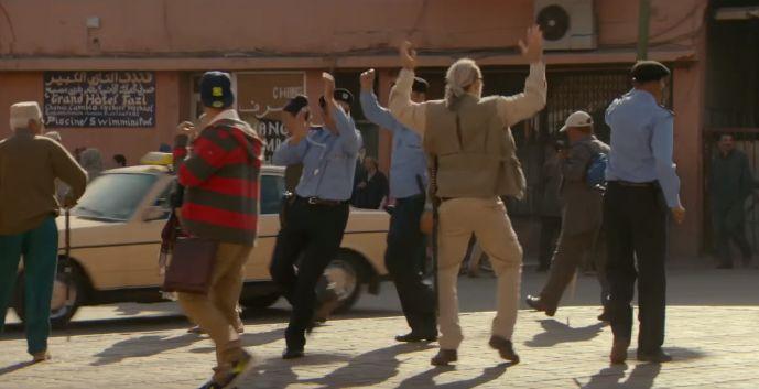 رجال أمن يرقصون