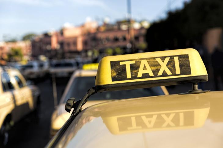 سلطات مراكش تلزم سائقي سيارات الأجرة بارتداء سترات