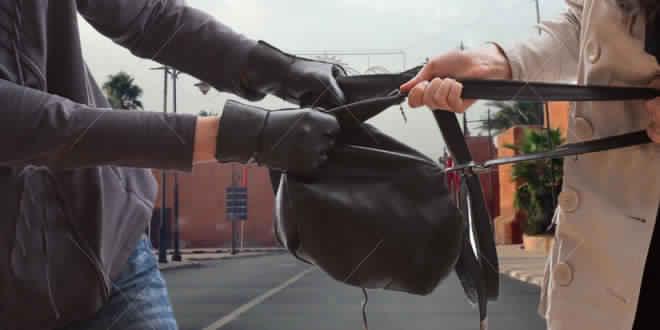سكوب: كندية تتعرض للسرقة من طرف لصين على دراجة نارية بعد لحظات قليلة من وصولها لمراكش