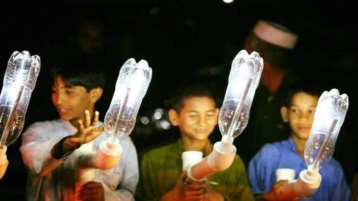 حل سحري لمعاناة المحرومين من الكهرباء.. مصابيح القوارير البلاستيكية + فيديو