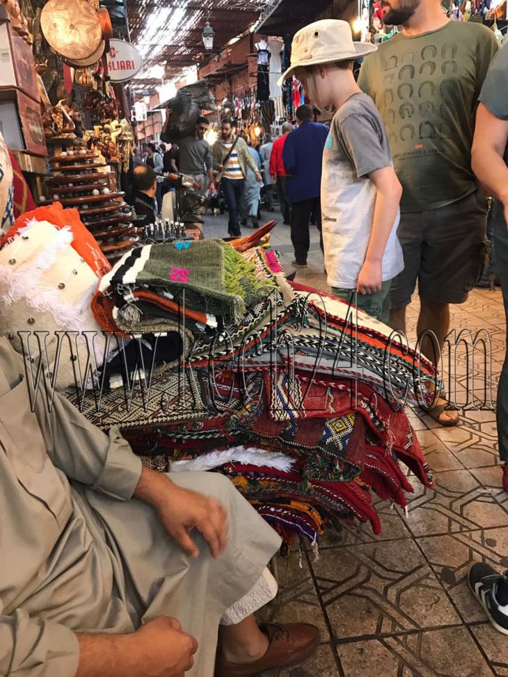 تجار يخنقون حركة المرور بسوق السمارين بالمدينة العتيقة لمراكش + صور