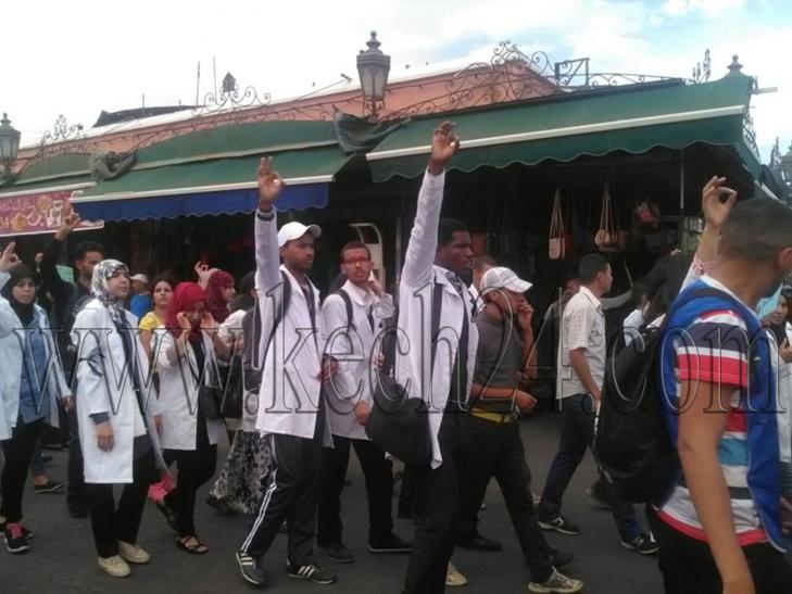 عاجل: الأساتذة يفاجؤون أجهزة الأمن ويخرجون في مسيرة حاشدة من قلب جامع الفنا بمراكش + صور