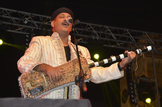 """المعلم حميد القصري يسافر بالجمهور البيضاوي إلى عوالم الموسيقى الكناوية في مهرجان """"الحي بالفن"""""""