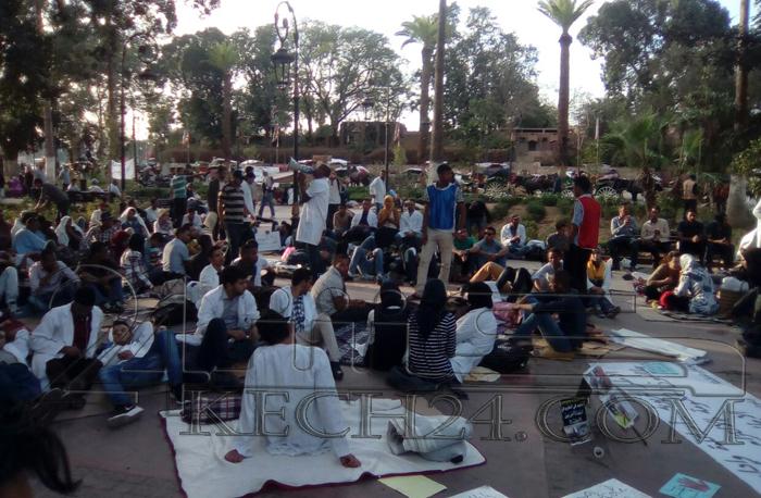 الأساتذة يحتجون لليوم الثالث على التوالي بساحة جامع الفنا بمراكش + صور