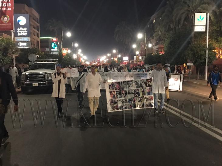 عاجل: الأساتذة خريجو برنامج الـ10 الآف إطار يتحركون في مسيرة باتجاه جامع الفنا بمراكش