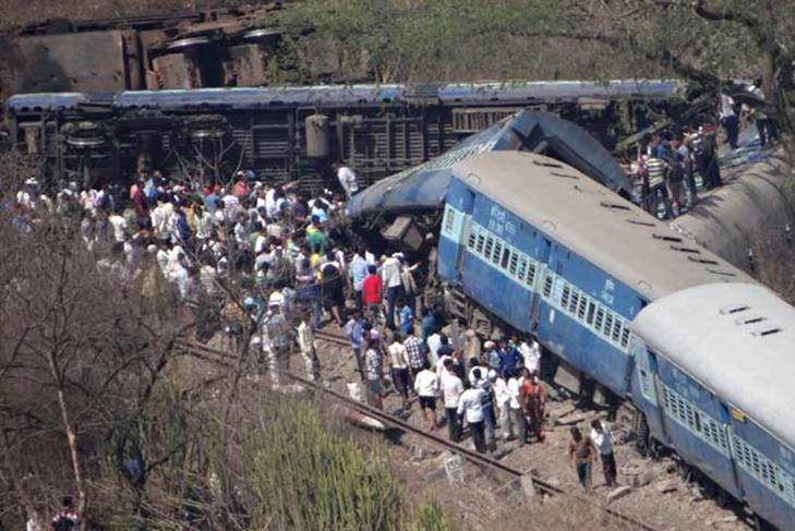 مصرع 90 شخصا جراء انحراف قطار عن مساره