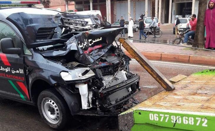 حادثة سير بسبب الأمطار تخلف إصابة عميد شرطة وزميله + صور