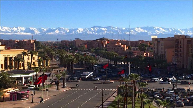 منظر الثلوج في قمم الأطلس يعود ليؤثت المشهد بشوارع مدينة مراكش