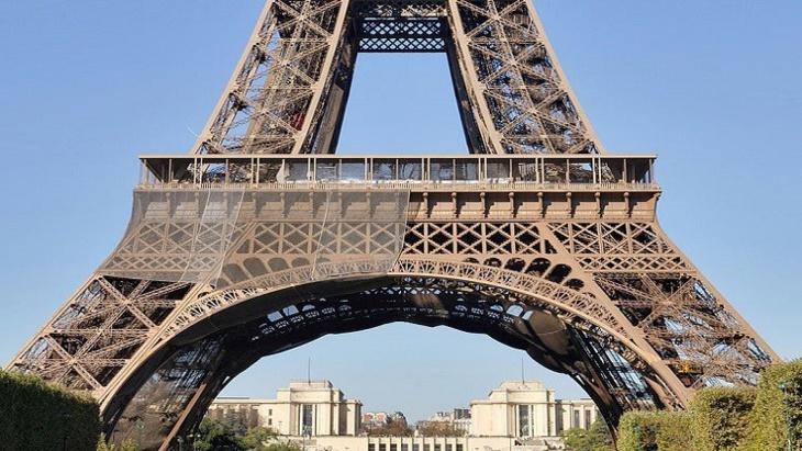 قطعة من سلالم برج إيفل تباع بـ 520 ألف يورو في مزاد علني!