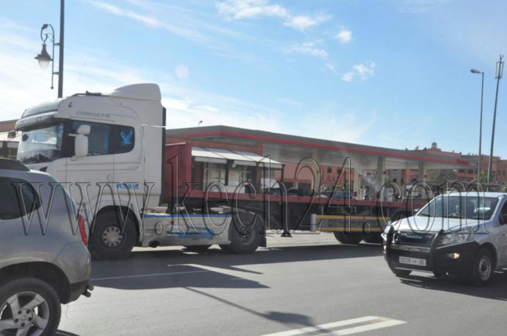 عاجل: شاحنة من الحجم الكبير ترسل سائق