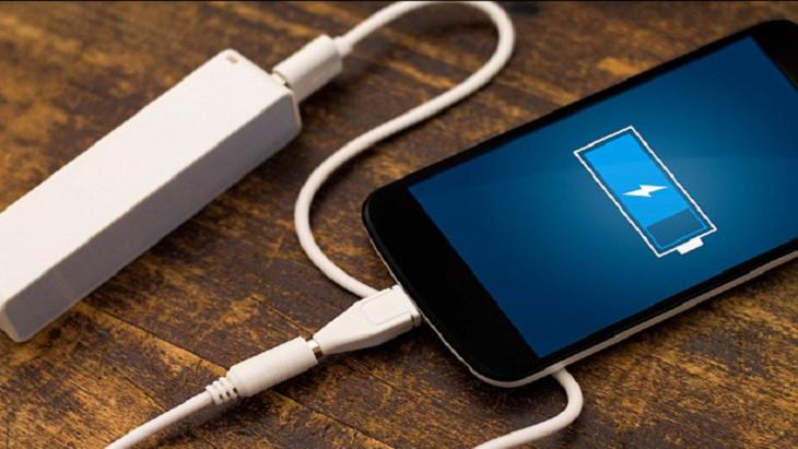 العلماء يطورون بطارية هاتف جديدة تُشحن خلال ثوان