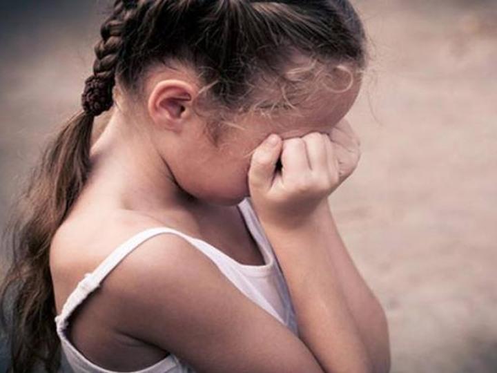 معلم يعتدي جنسيا على تلميذته اليتيمة لأربعة أيام متتالية ويفض بكارتها