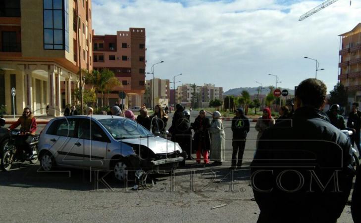 السرعة تتسبب في إنقلاب سيارة وخسائر مادية بمراكش + صور