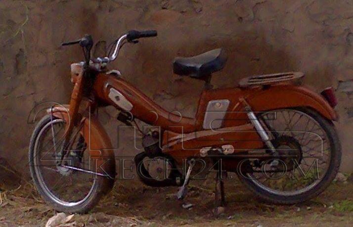 دراجة نارية متخلى عنها تثير فضول المواطنين بمراكش + صور