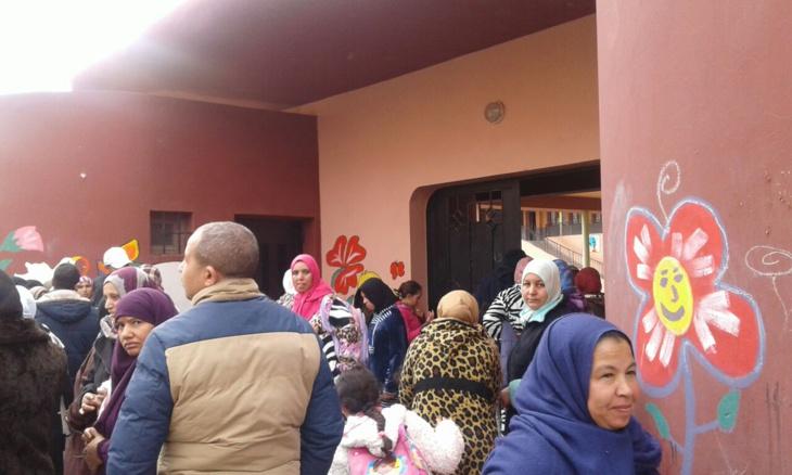 احتجاجات أمام المدرسة الابتدائية العزوزية بمراكش لهذا السبب + صور
