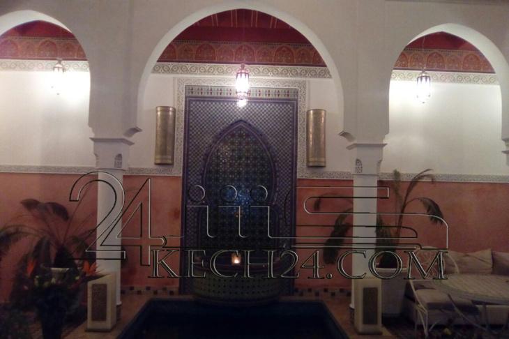 حصري: الملك محمد السادس يقوم بزيارة رياض رجل دين يهودي بحي الملاح بمراكش + صورة للرياض