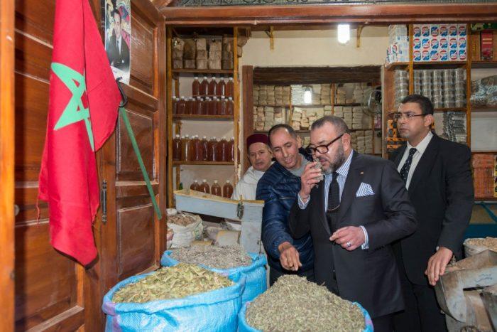 بالصور:تجار جامع الفنا يحيون الملك محمد السادس
