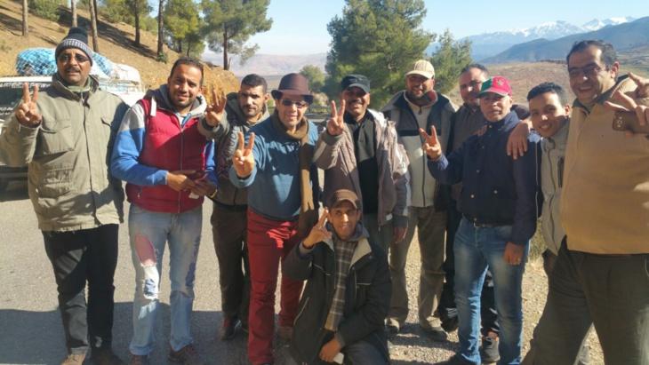 جمعويون ونقابة سيارة الأجرة الصغيرة يقودون قافلة انسانية إلى أعالي جبال أمزميز ضواحي مراكش + صور