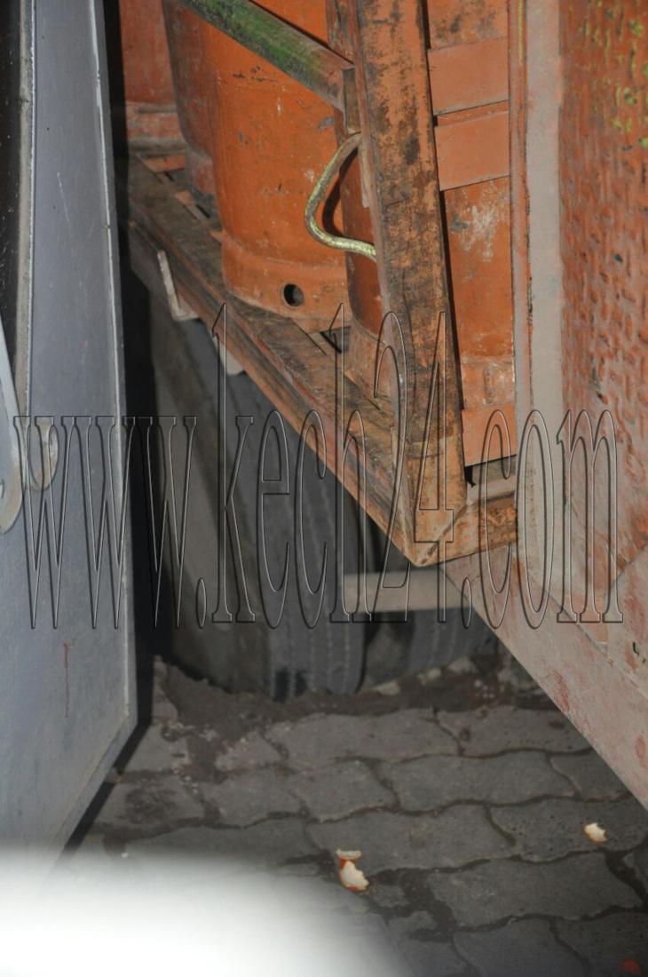 شاحنة لتوزيع قنينات الغاز تعلق في حفرة بالمدينة العتيقة لمراكش + صور