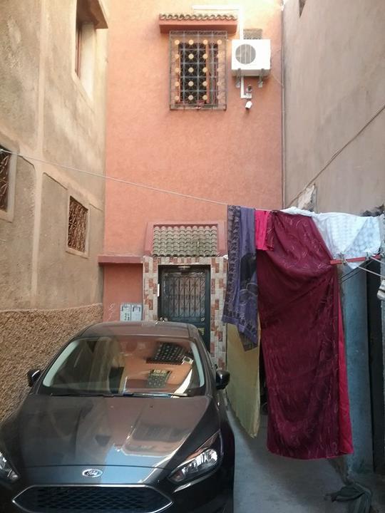 هكذا يستقوي شخص بالقصر للتعسف على جيرانه واستباحة حرمة بيوتهم بمراكش + صور