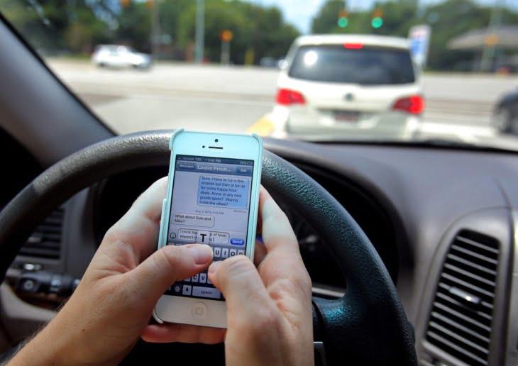 تفعيل غرامة منع استعمال سماعات الهاتف النقال أثناء السياقة انطلاقا من الشهر المقبل