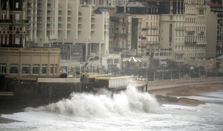 عاصفة قوية تجتاح فرنسا وتقطع الكهرباء عن 190 ألف منزل