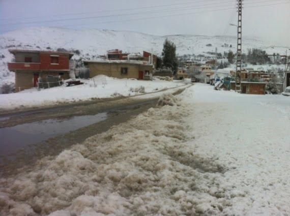 عاصفة ثلجية تعزل 600 قرية بالجزائر وتعيد نمط الحياة البدائية إلى عدة مناطق
