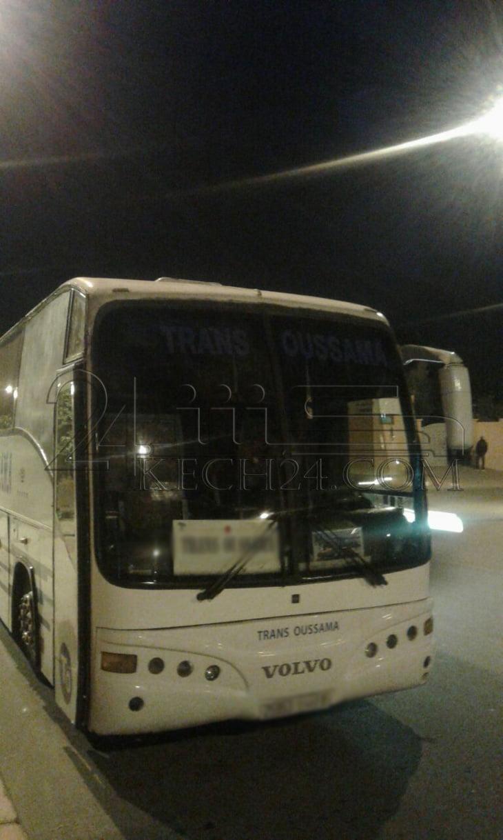 أجزاء حافلة لنقل المسافرين تخترق