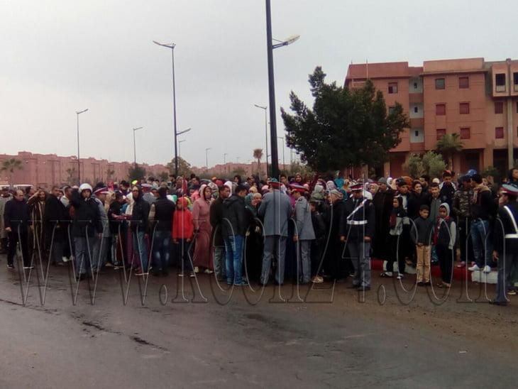 يوم الإحتجاجات بالشويطر.. مواطنون يتظاهرون بالطريق بين مراكش وورزازات بسبب تلوث مياه الشرب + صور