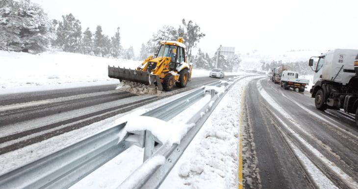 وزارة التجهيز والنقل تكشف حالة الطرق بعد التساقطات الثلجية