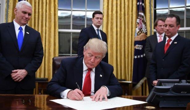 الرئيس الأمريكي دونالد ترامب يوقع أول الأوامر التنفيذية لإدارته