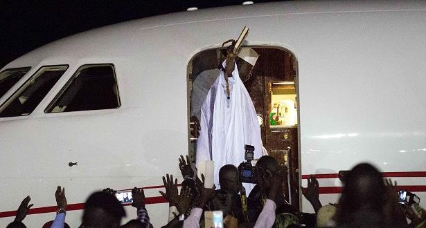 رئيس غامبيا المنتهية ولايته يغادر إلى المنفى بعد تخليه عن السلطة