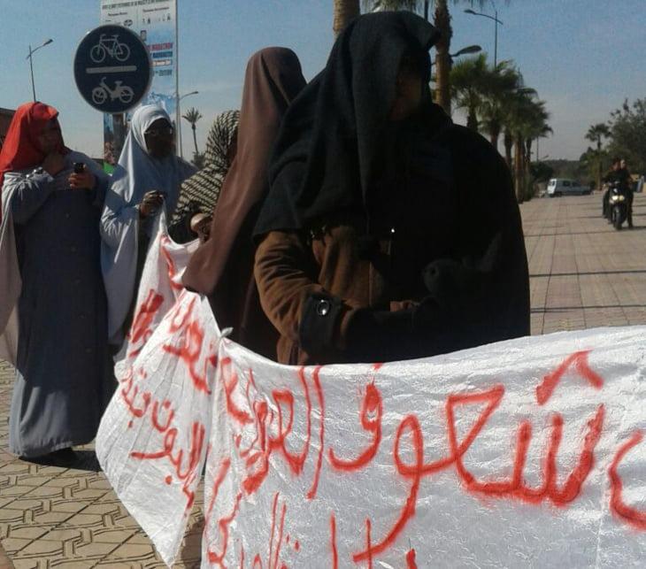 نسوة يتظاهرن أمام ولاية جهة مراكش آسفي للتعجيل بإعادة هيكلة حي شعوف العزوزية + صورة