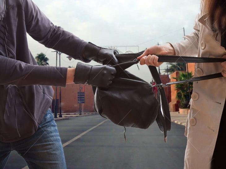 تعرض شابة للسرقة على يد لصين فوق