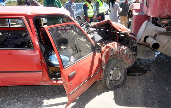 اصطدام شاحنة من الحجم الكبير وسيارة خفيفة يودي بحياة 4 أشخاص وجرح امرأتين