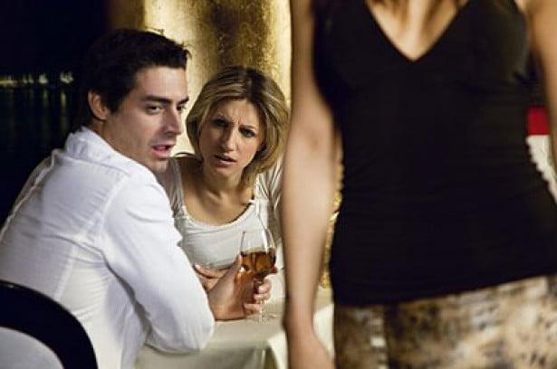 لهذه الأسباب.. ينظر زوجكِ إلى امرأةٍ أخرى
