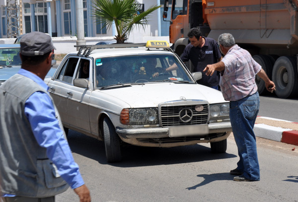 سائقو الطاكسيات الكبيرة يستنجدون بجلالة الملك