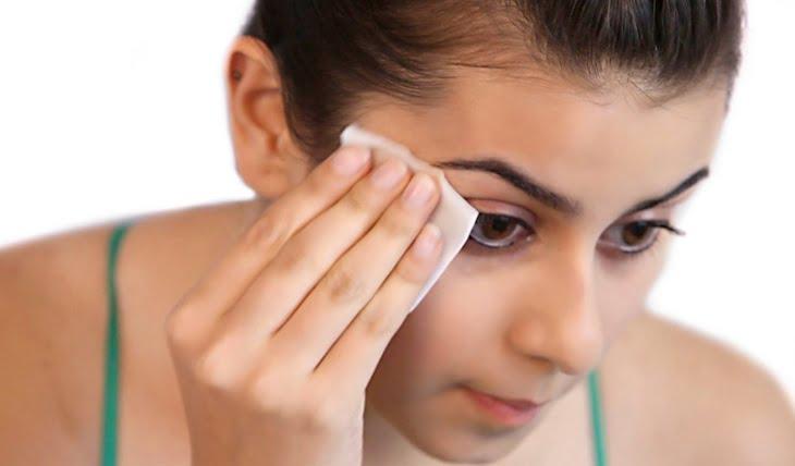 5 أخطاء شائعة فى استخدام مناديل إزالة المكياج تضر بشرتك