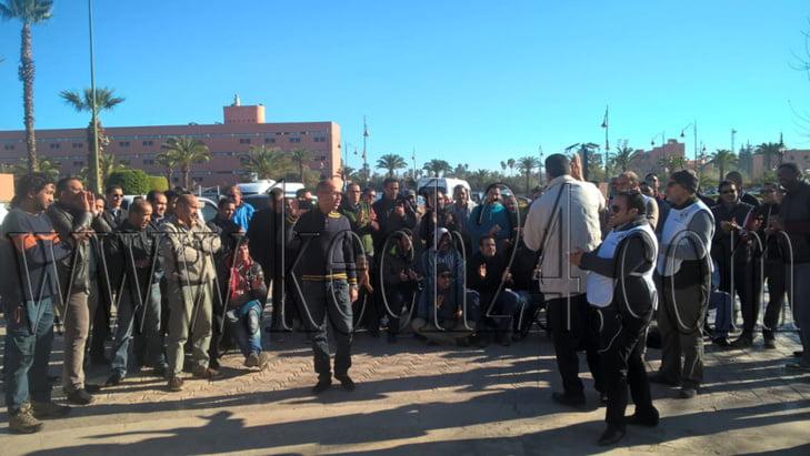 مهنيو النقل السياحي يحتجون أمام المجلس الجماعي لمراكش وسط إنزال أمني + صور
