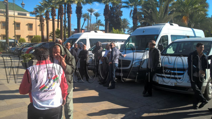مهنيو النقل السياحي يعتصمون أمام قصر البلدية بمراكش + صور
