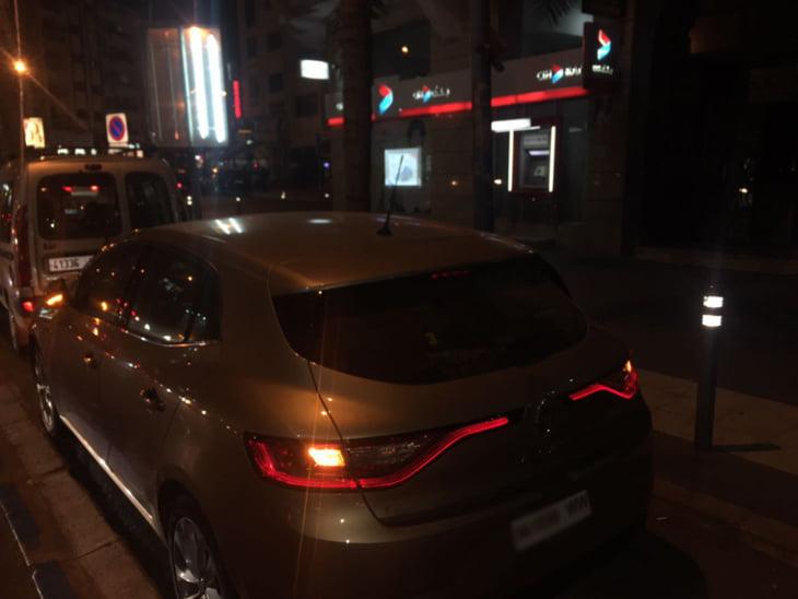 لصوص ينفذون عملية سرقة من داخل سيارة مراكشي في الشارع العام بالدارالبيضاء + صورة