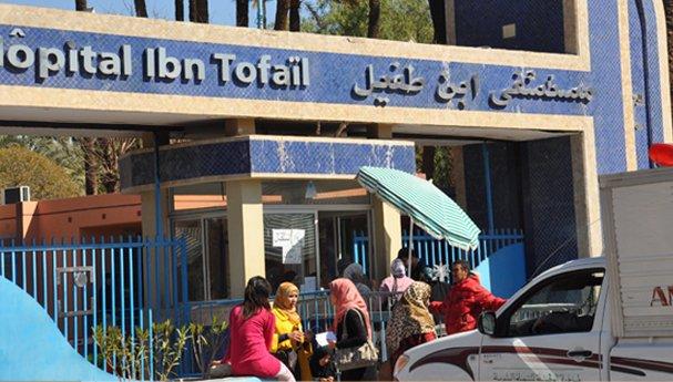 مثير: مريض يحتج عاريا كما ولدته أمه أمام مستشفى ابن طفيل بمراكش